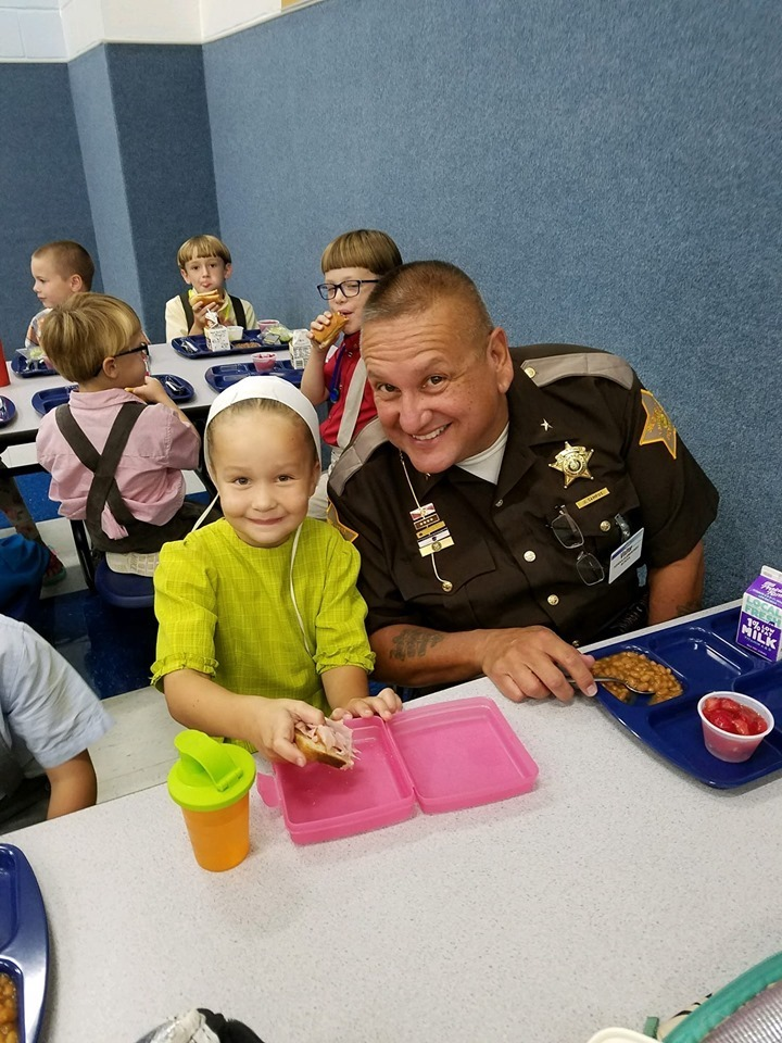 Sheriff Jeff Campos eating lunch with student.